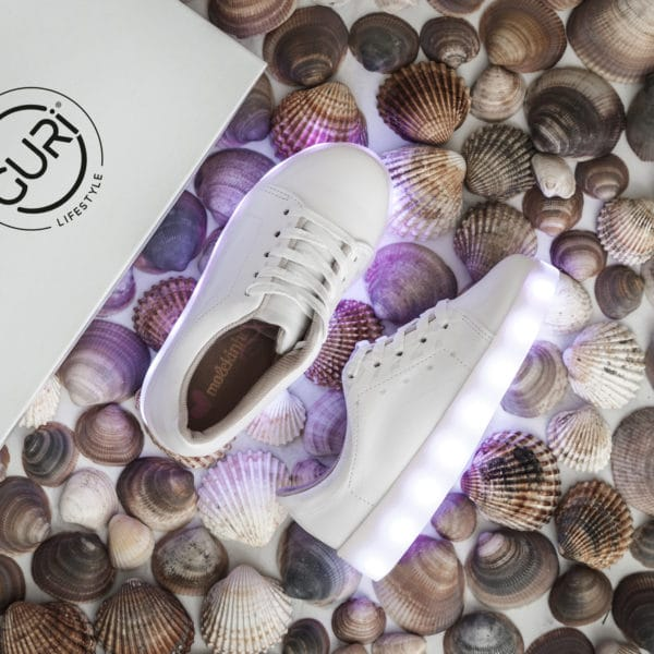 Alternative image of the white shoes for girls, with its lights on.