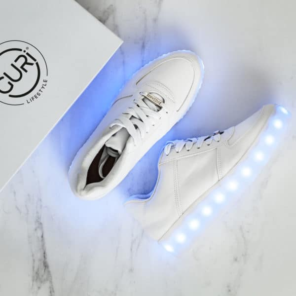 Alternative image of the white shoes for women, with its lights on.